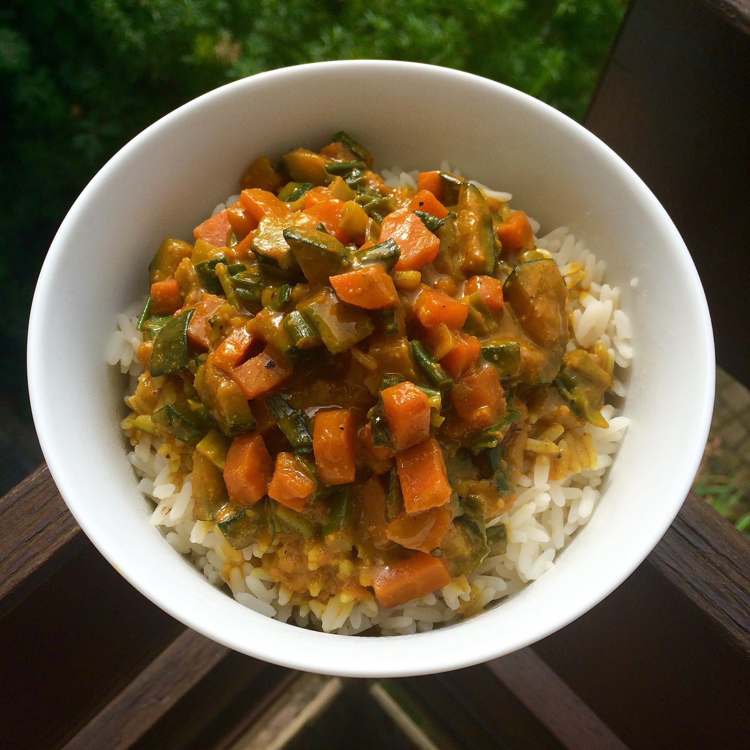 Vegan Gemüsepfanne mit Erdnusssoße