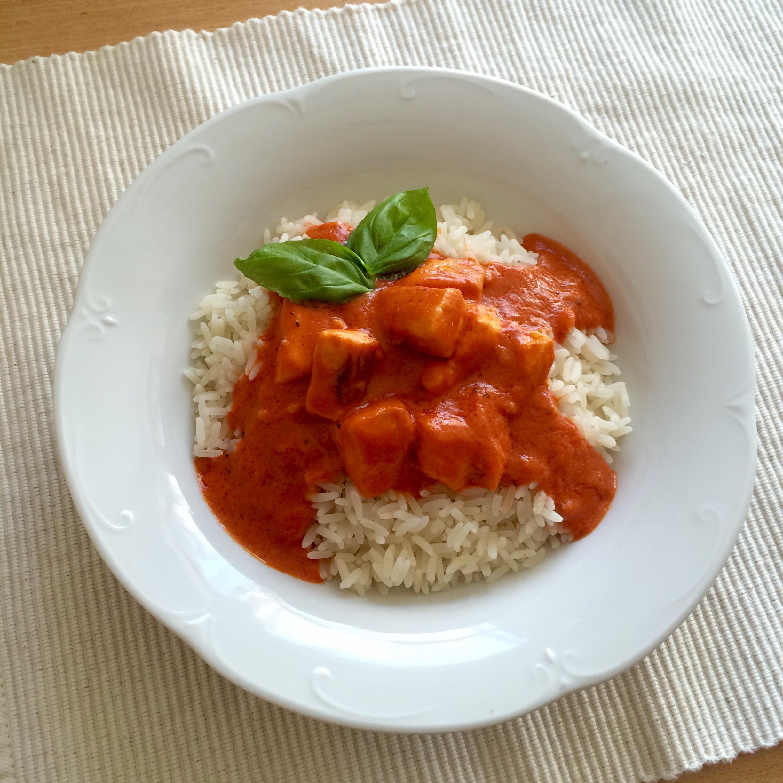 Lachs in Tomaten-Sahnesoße